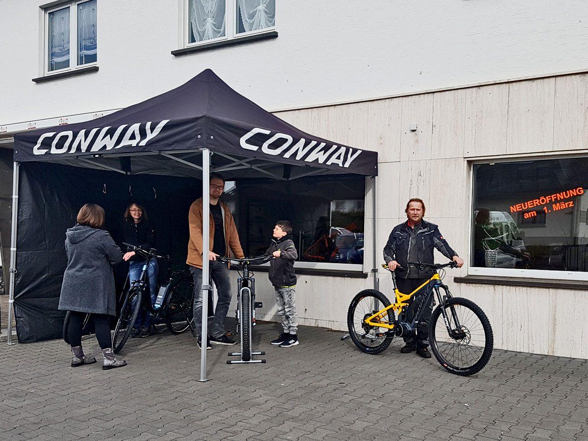 Volcano Bike Fachwerkstatt - Besucher des Fahrradladens aum Tag der offenen Tür in Mendig